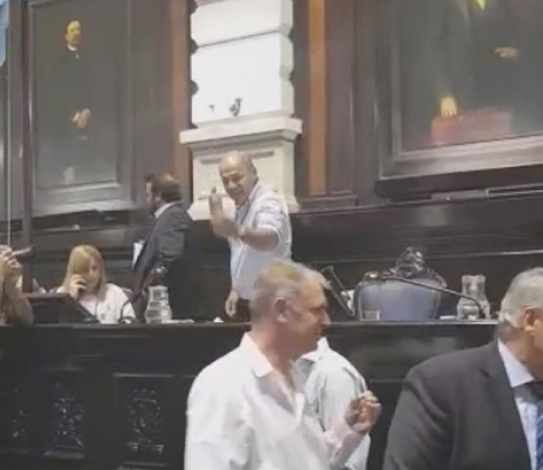 Intendente kirchnerista irrumpió en Diputados con cartuchos usados de gases
