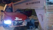Auto en contramano chocó contra  una jaula de caballos estacionada