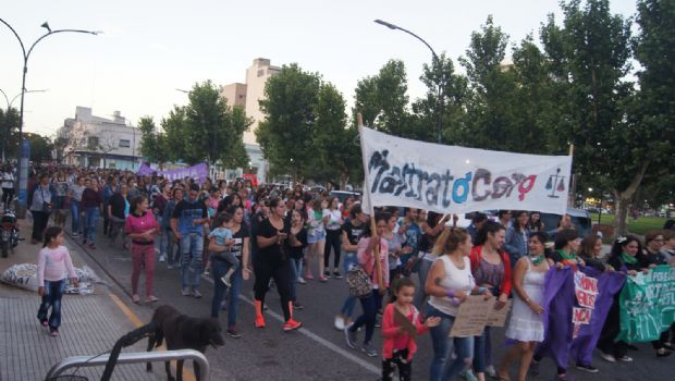 Movilización y marcha de agrupaciones feministas en repudio a femicidios