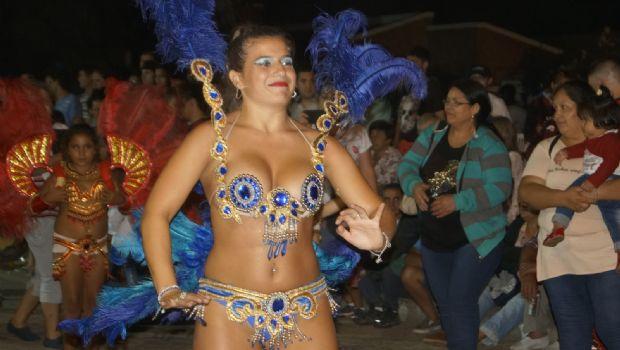 Noche de carnaval en el centro de la ciudad