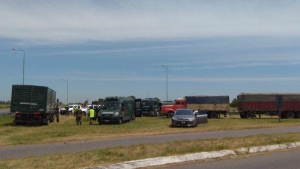 Detienen a transportistas de granos tras haberse manifestado en la ruta, por conflicto laboral