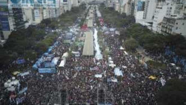 Miles de manifestantes protestaron en la Avenida 9 de Julio por el acuerdo con el FMI