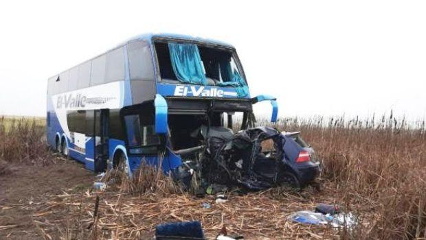 Fatal accidente en la Ruta N° 5 entre  un auto y un micro con  estudiantes