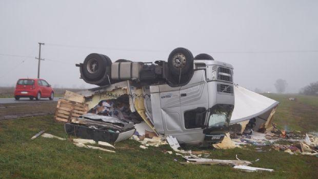 Volcó un camión cargado con cajones  de manzana en la Ruta Nacional N° 5