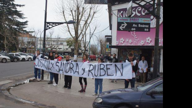 """En el primer día de paro docente, SUTEBA hizo un """"cartelazo"""" en esquinas del centro"""
