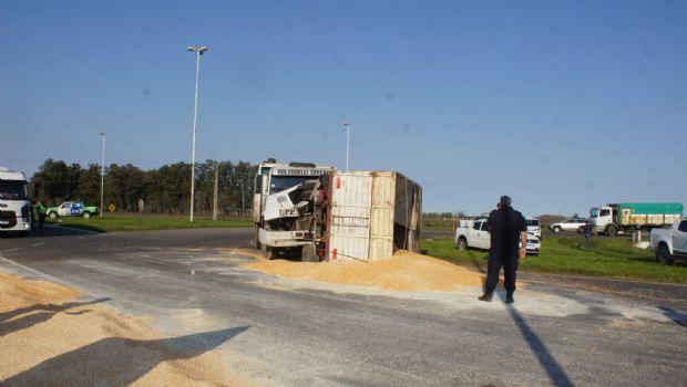 Volcó un camión con maíz en el acceso de las rutas 30 y 5