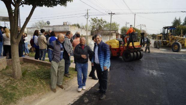 Avanza la obra de asfalto en la sección primera