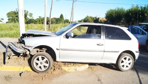 Un auto chocó una columna del alumbrado público