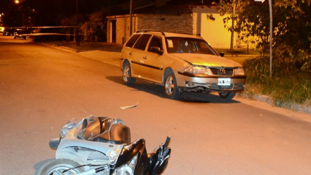 Grave accidente entre un automóvil y una moto