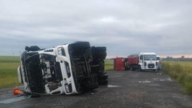 Vientos huracanados volcaron cinco camiones en la Ruta 3 a la altura de Azul