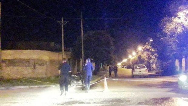 Un joven motociclista con serias  lesiones al chocar contra un auto